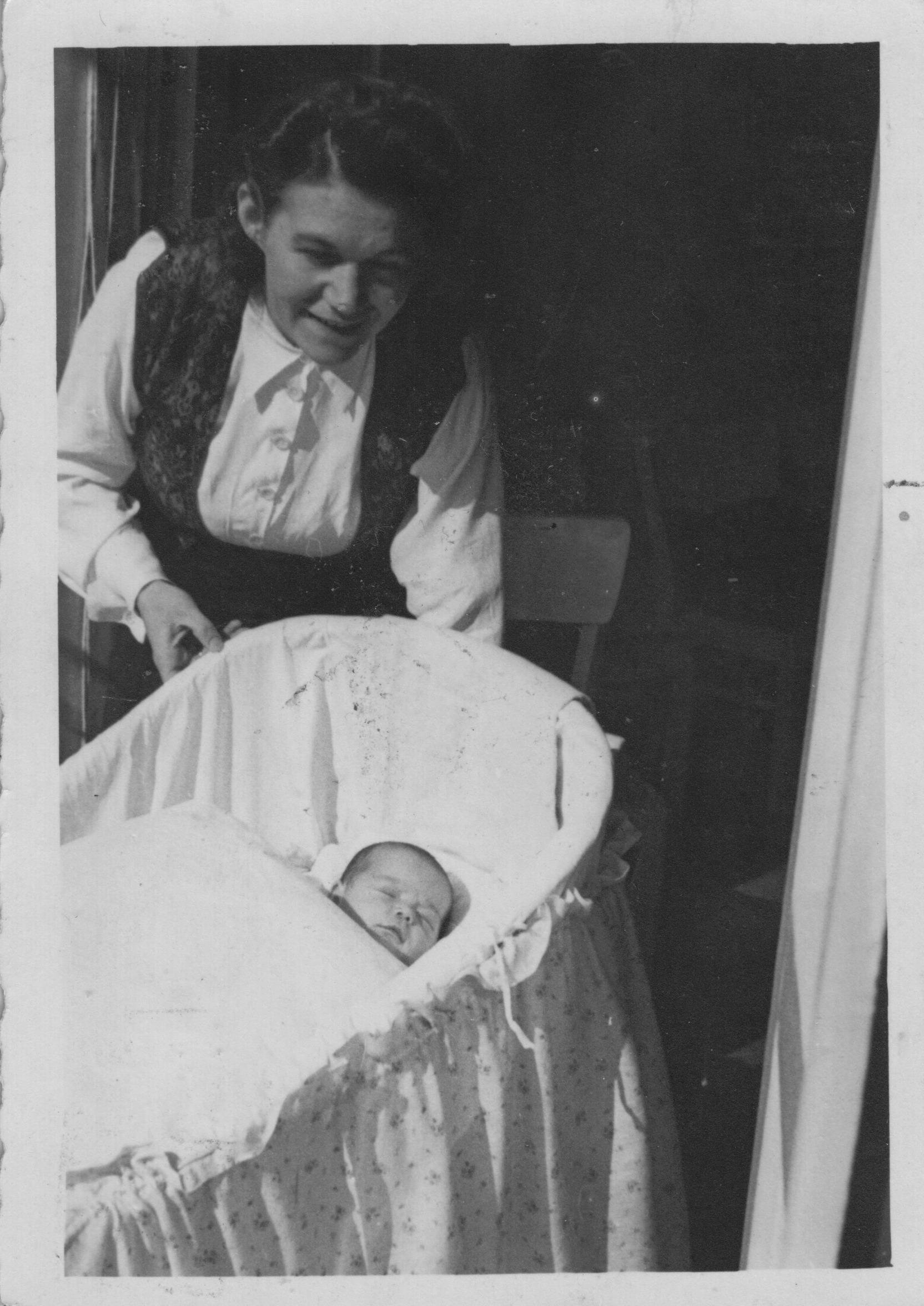 1943 a Astrid & Mutter im Heim Wienerwald